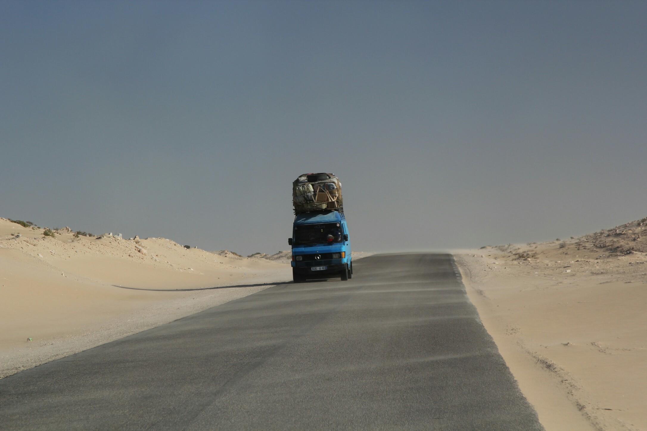Maroko,część saharyjskich.Przeładowany bus komunikacji miejskiej przewozi ludzi między miejscowościami.