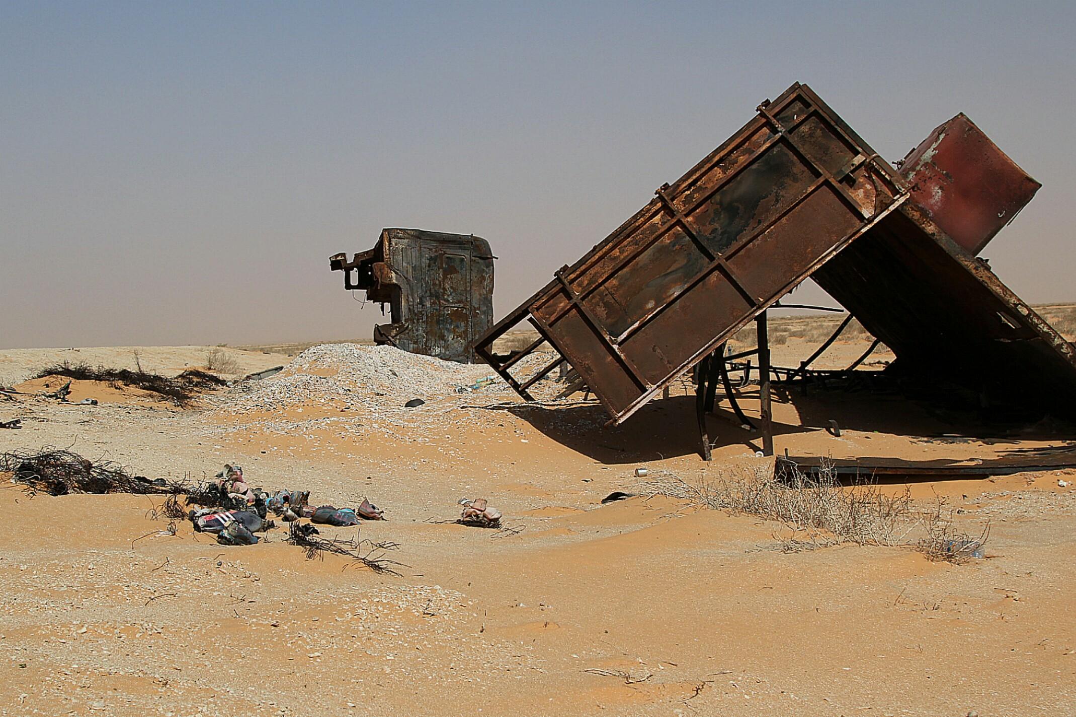 Mauretania.Spalone wraki samochodów na poboczu.