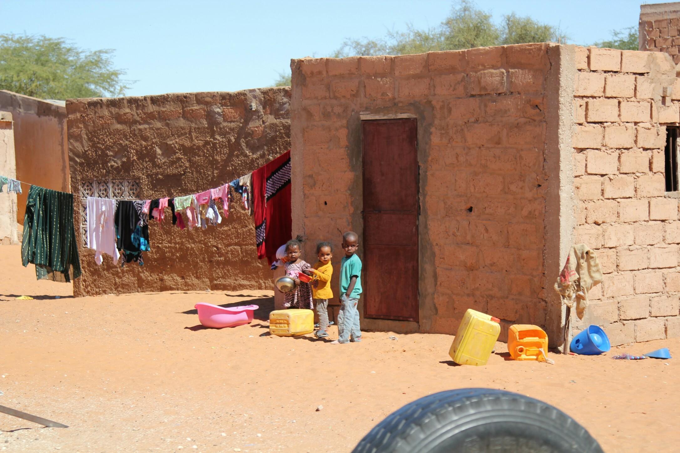 Mauretania.Trójka małych dzieci przed domem w wiosce.