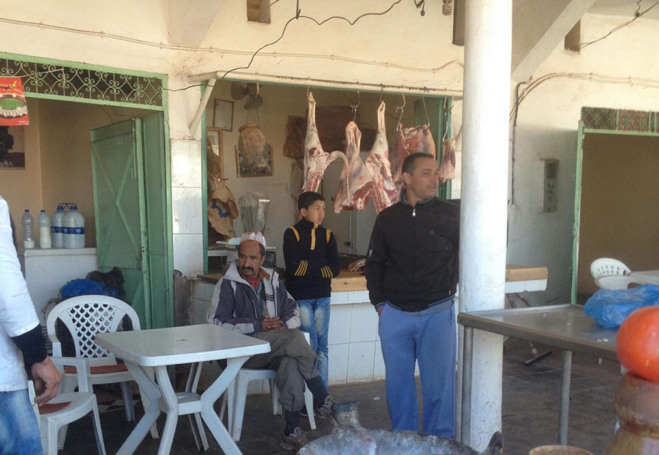 Maroko.Sklep ze świeżym mięsem,wiszącym na metalowych hakach.Obok można usiąść i zamówić kawałek mięsa pieczonego na ruszcie.