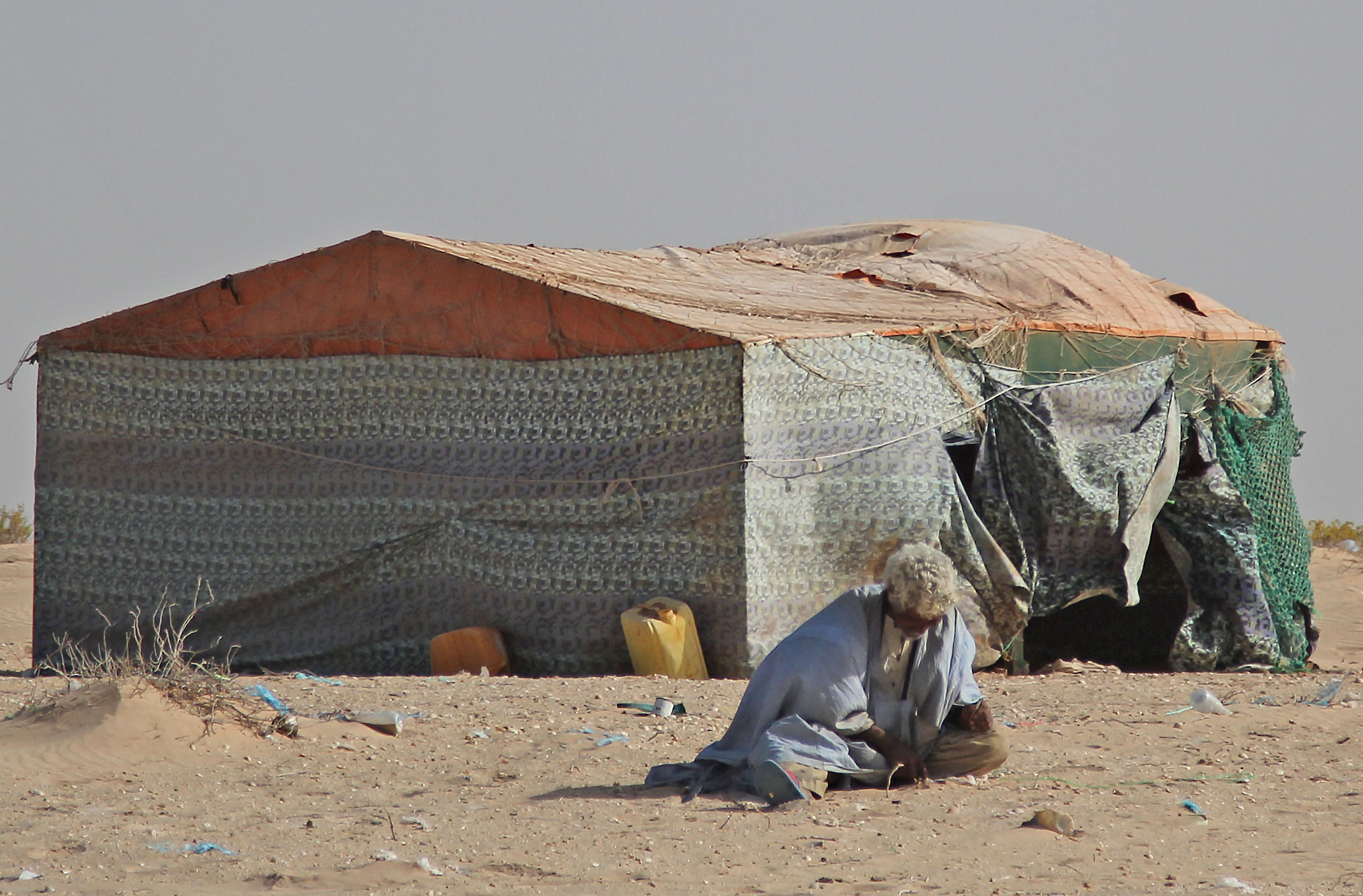 Mauretania.Mieszkaniej wioski nad Oceanem Atlantyckim przed swoim domem.