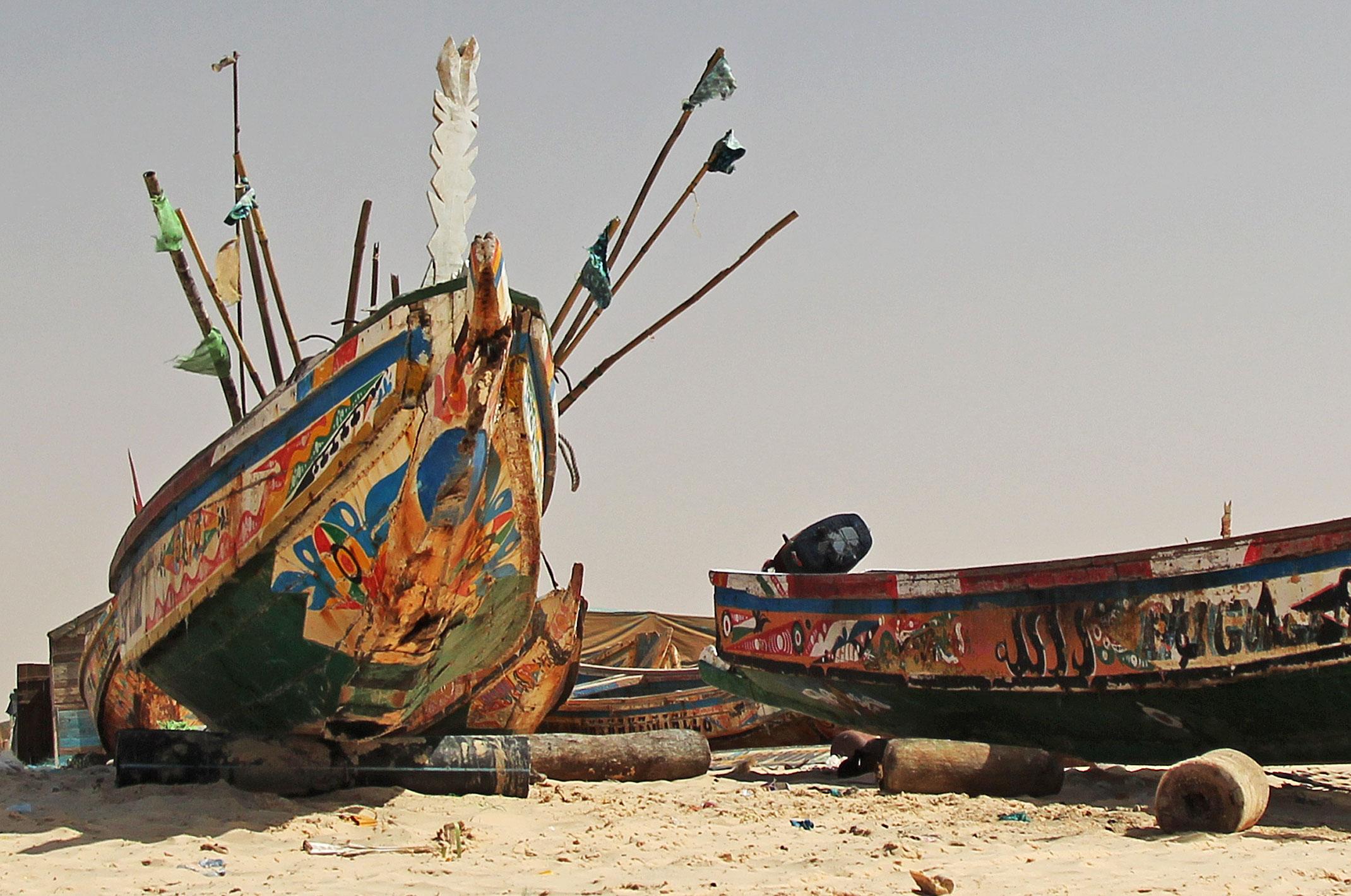 Mauretania.Kolorowa łódź nad Oceanem Atlantyckim
