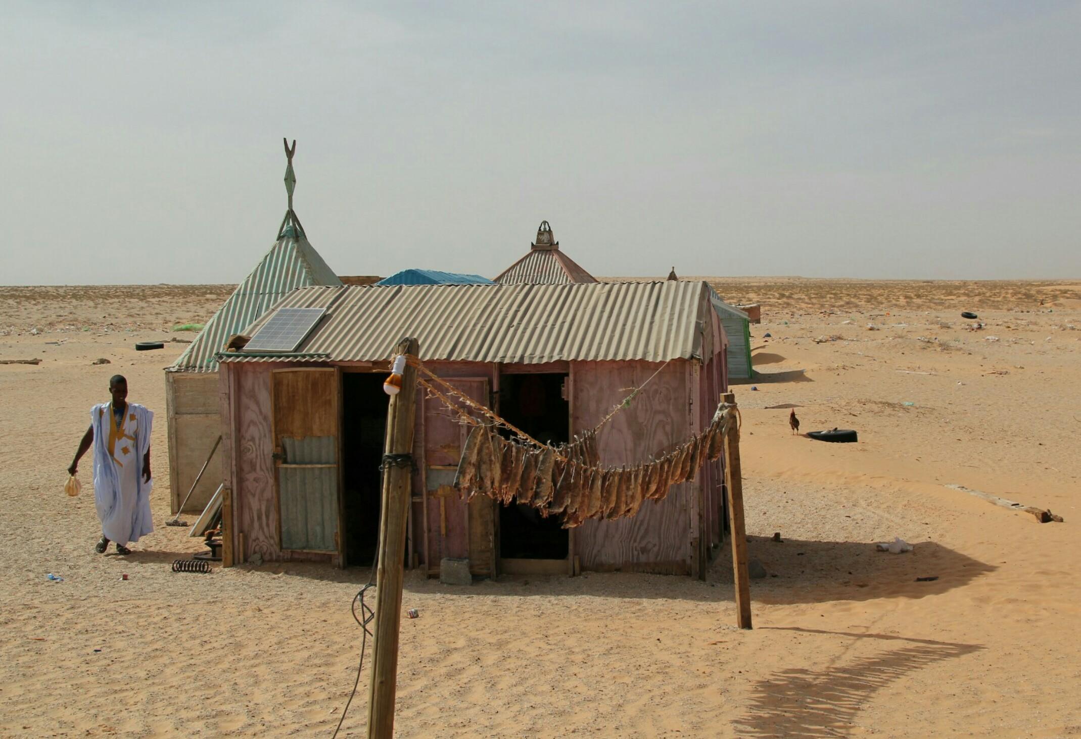 Mauretania.Rozwieszone na sznurku suszą się ryby.