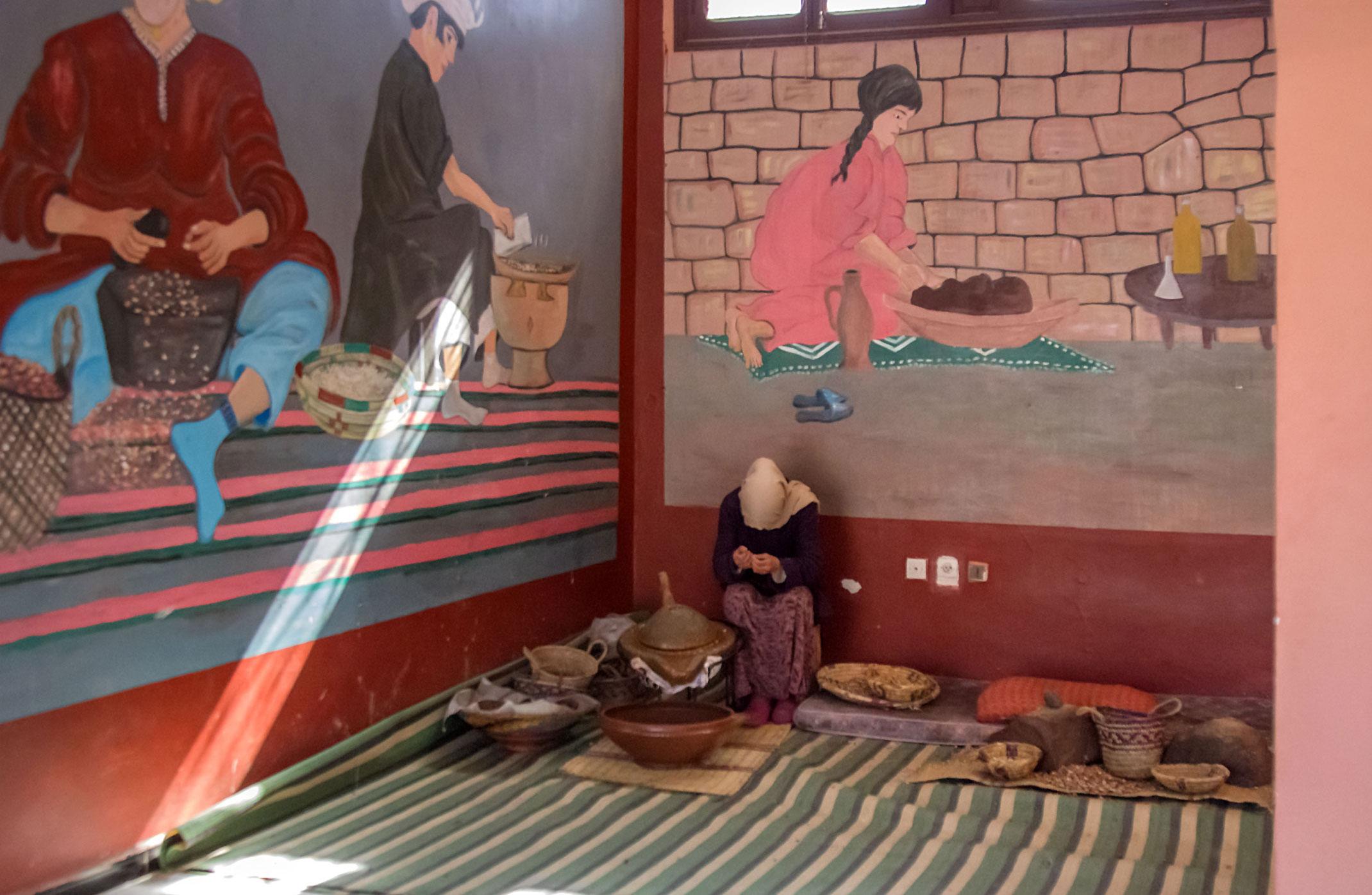 Kobieta przy produkcji oleju arganowego