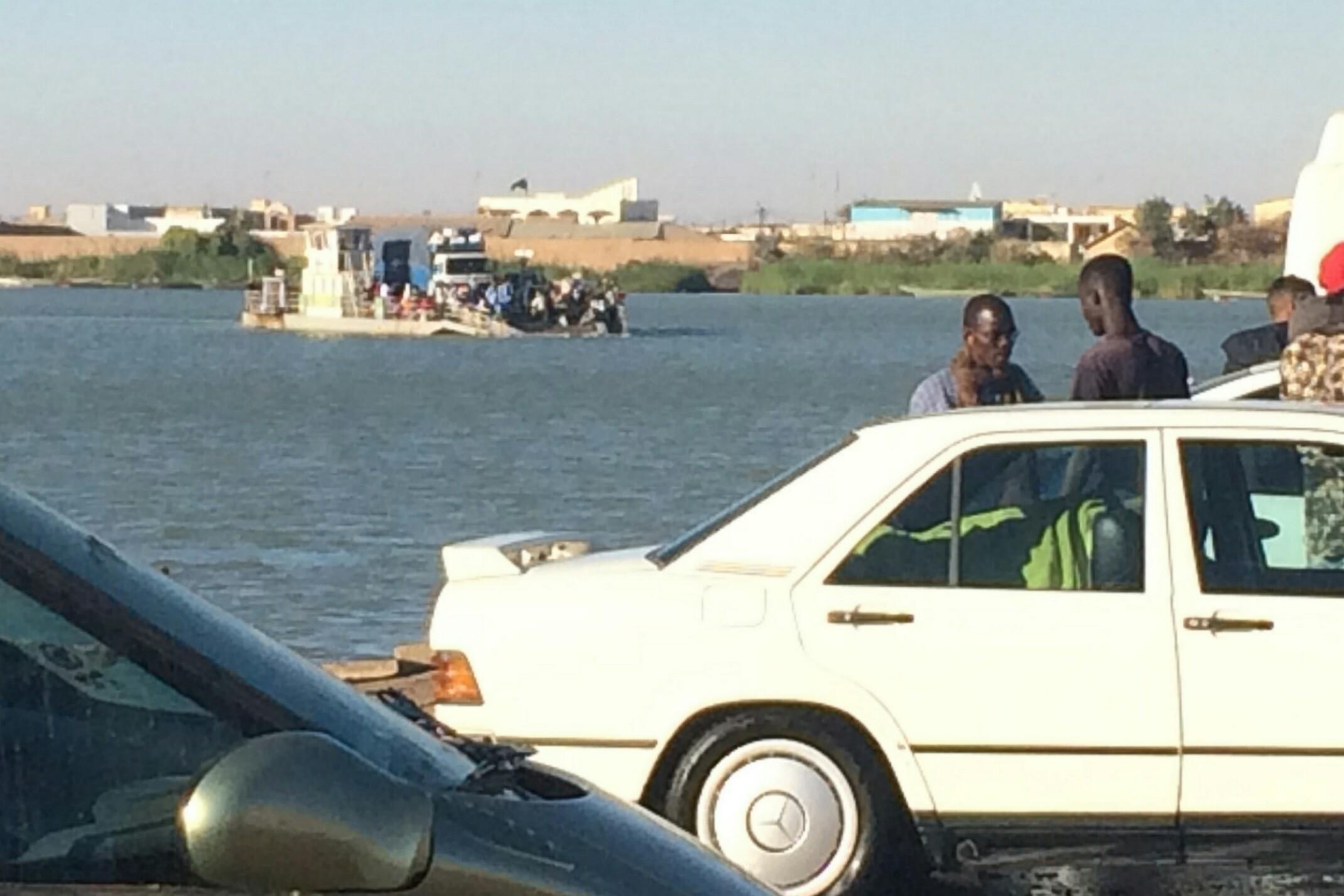 Przeprawa promem przez rzekę Senegal z miejscowości Rosso