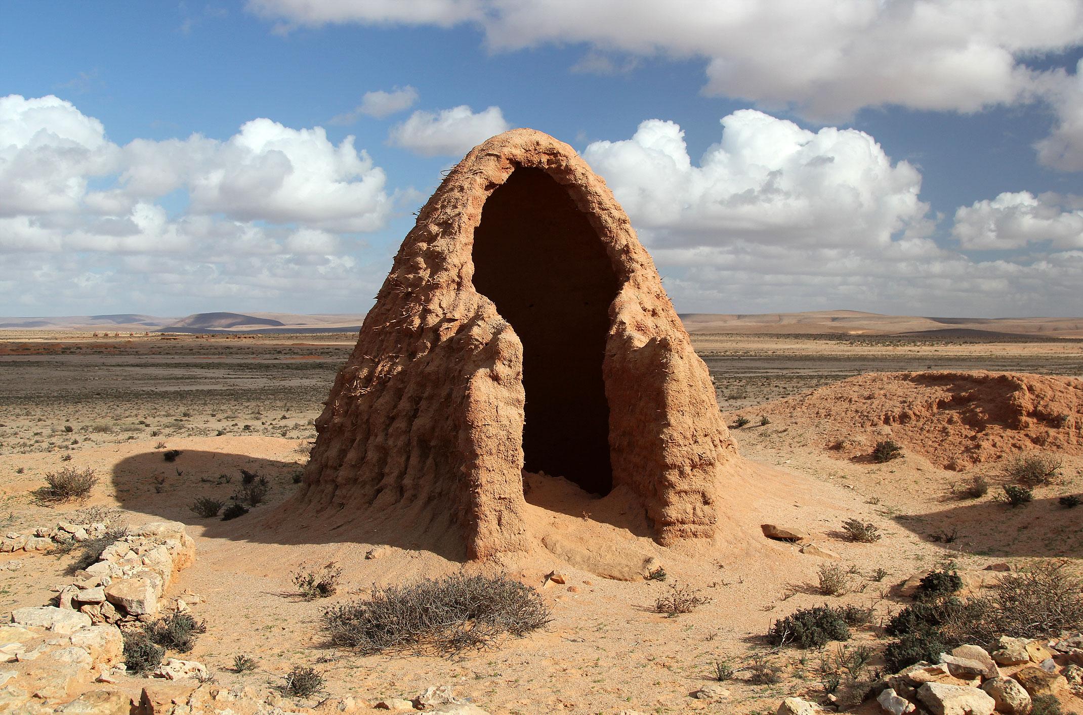 Maroko.Małe budyneczki z gliny z kopułkami tworzą wioskę