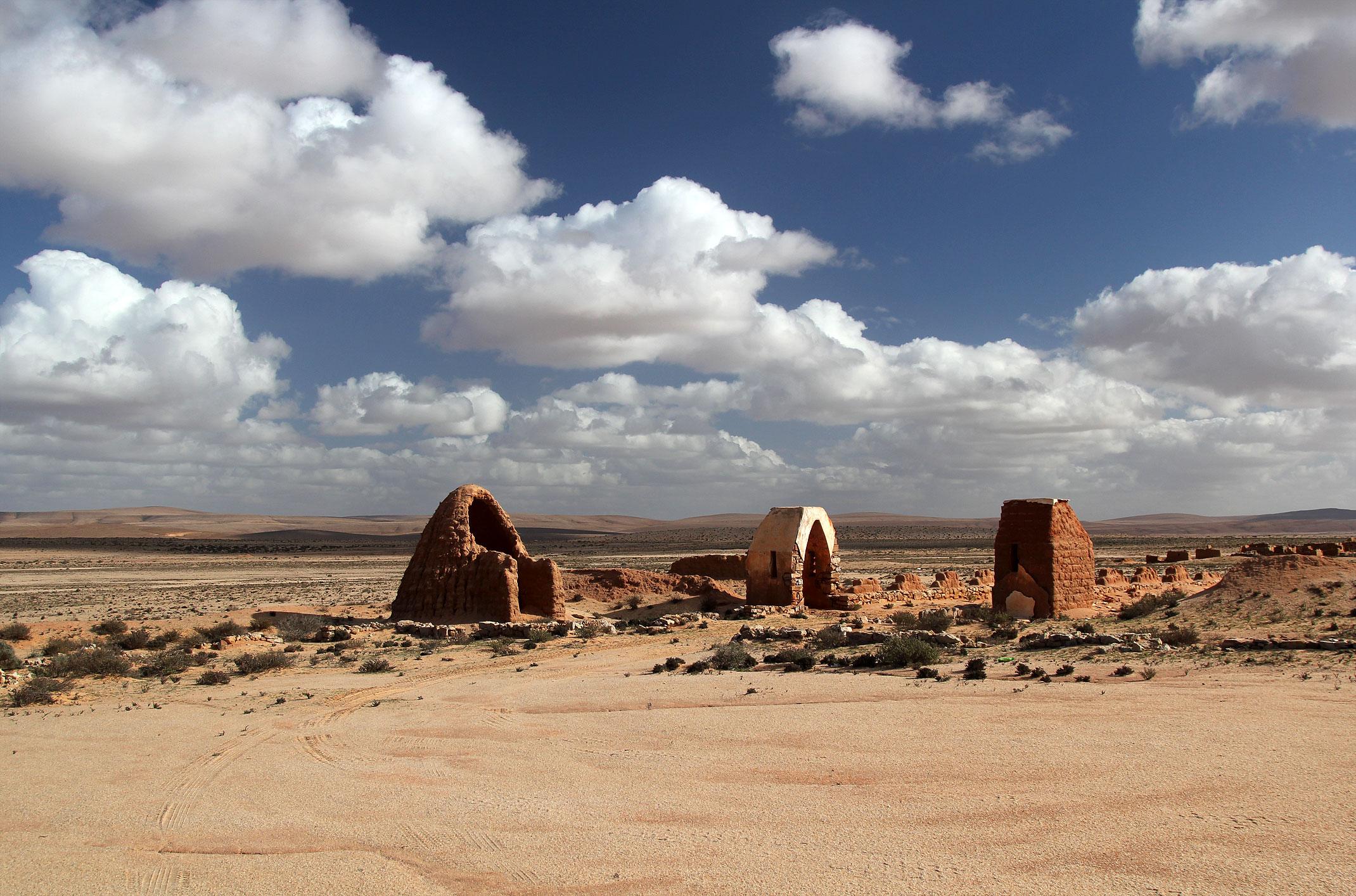 Maroko.Province de Tan-Tan, Guelmim-Es Semara.Abteh.Wjazd do wioski przypominającej scenerię do filmu Star Wars.