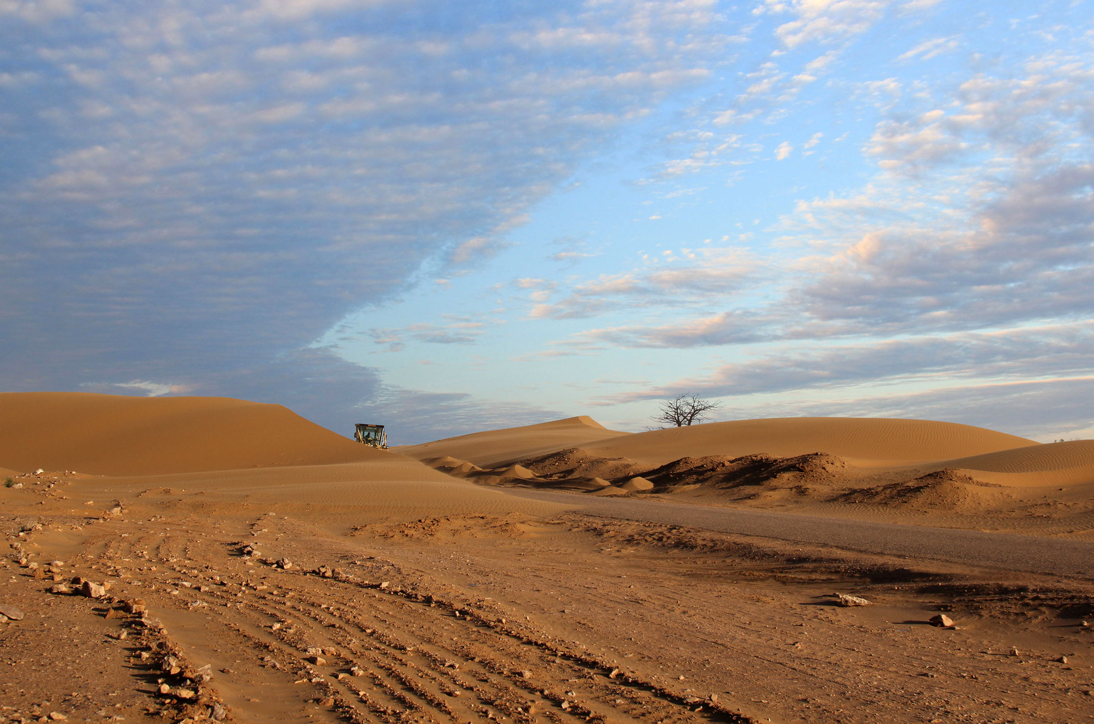 Maroko.Sahara Zachodnia.Asfaltowa droga do El Hagounia
