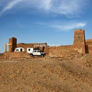 Land Rover Defender 130 – nocleg w forcie - Blog podróżniczy - PIES PUSTYNI