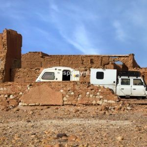 Land Rover Defender 130 w ruinach fortu - Blog podróżniczy - PIES PUSTYNI